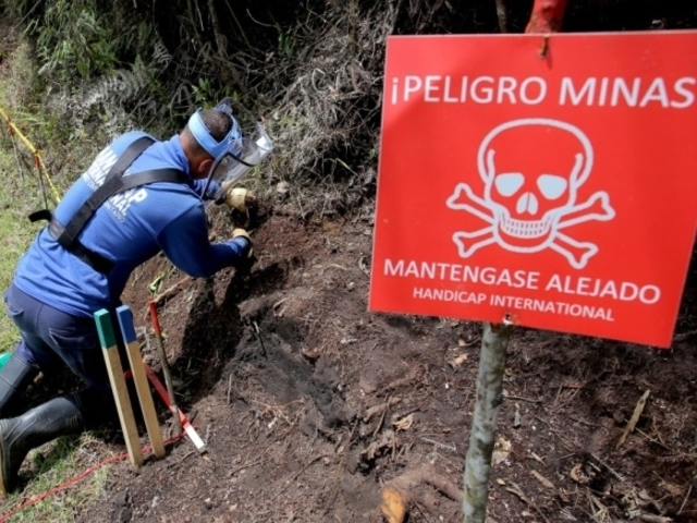 Handicap International trains mine clearance experts in Colombia in preparation for demining operations in three of the country's southern departments