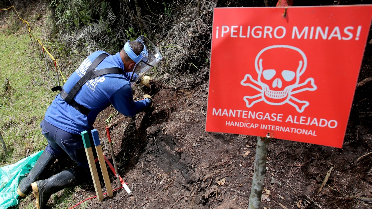 Training deminers in Colombia with Handicap International