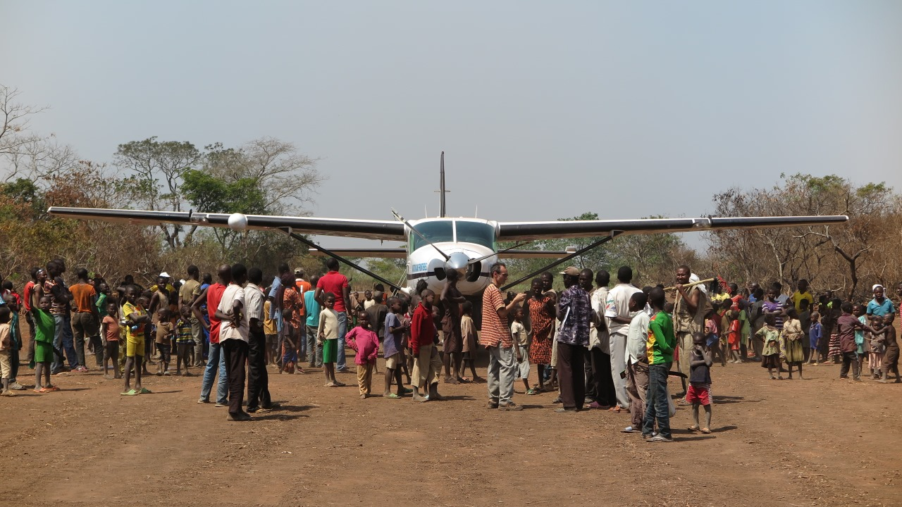 The inhabitants of Sibut around the first plane landing on the runway since its rehabilitation.