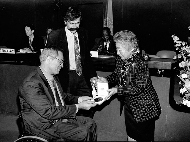 The Nansen Medal for 1996 was awarded to Handicap International for its outstanding work with refugees.