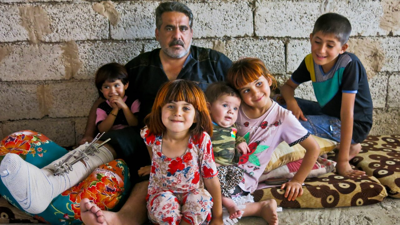 Saadi and his children, in their makeshift home, in the region of Kirkuk. © E. Fourt / Handicap