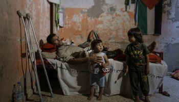 Gaza: « I can't hold my kids like before »
