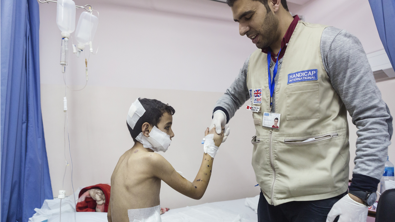 Un enfant victime de bombardements fin 2014 pris en charge par Handicap International