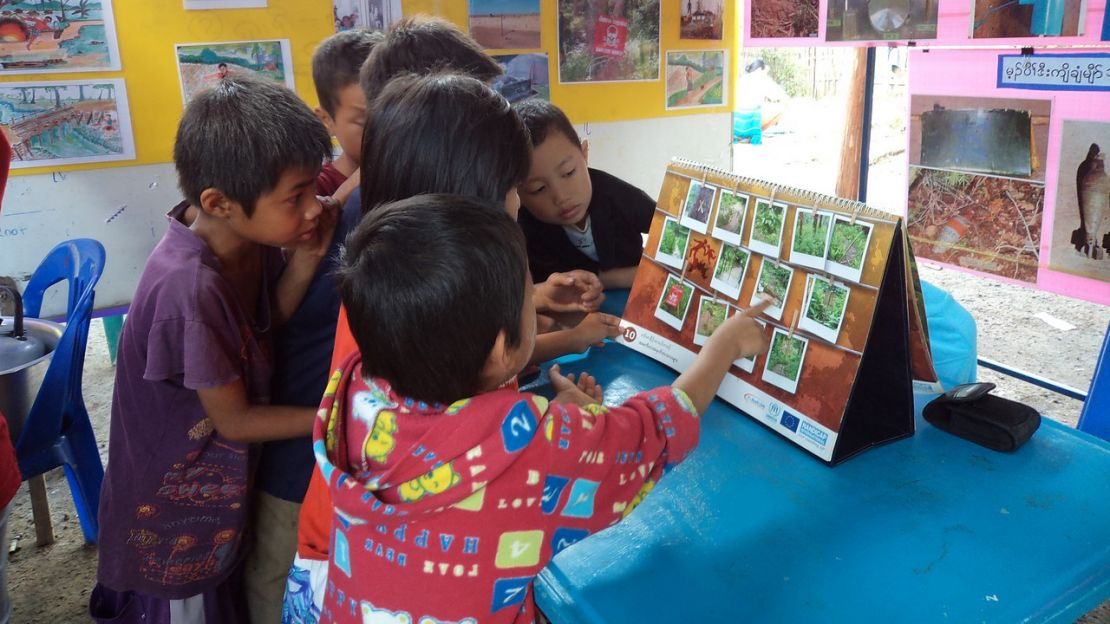 Humanity & Inclusion organises mine risk education sessions for Burmese refugees of the Thai border.