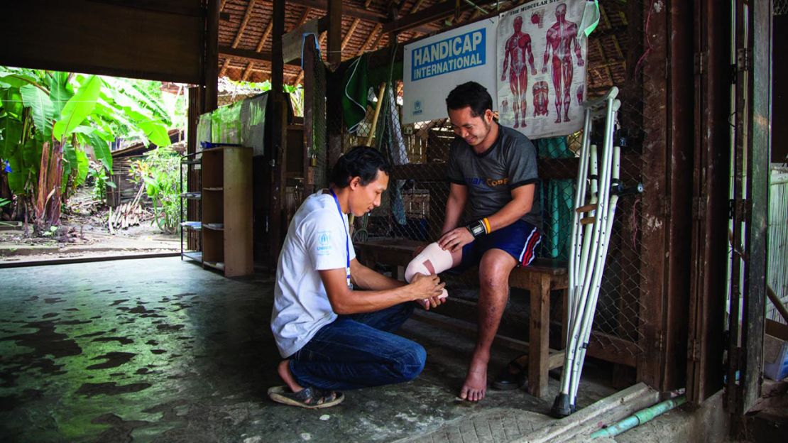 Supporting an amputee, Thailand - Humanity & Inclusion