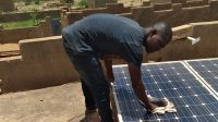 Dicko repairs a solar pannel in Mali, 2020