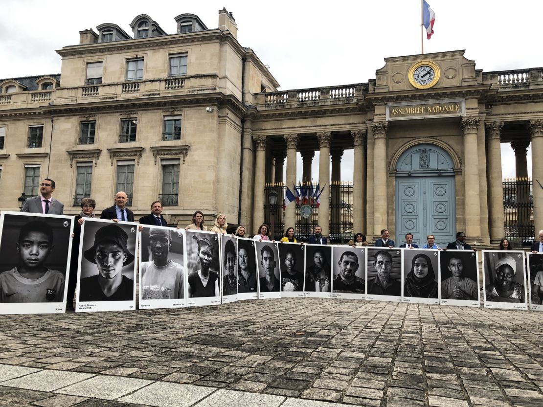Twenty-seven French MPs gathered outside the National Assembly in Paris on 7 November. They invited President Macron to commit himself to ending the bombing of populated areas.