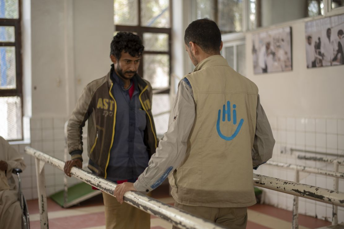 Rehabilitation session with Aiman Al-Mutawaki, a physiotherapist who works for HI in the Sana'a centre.